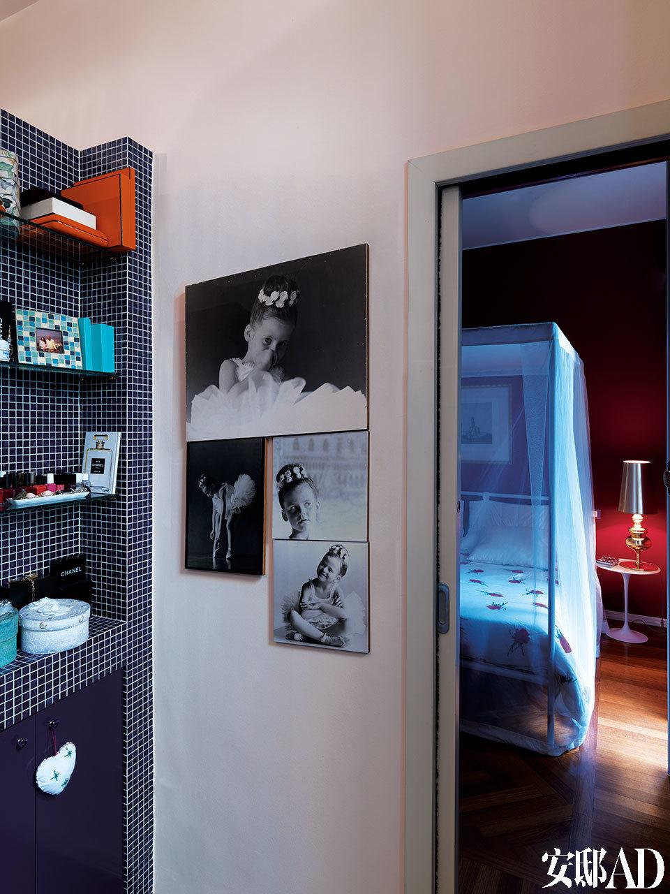 蓝色马赛克铺就的浴室,是Rossella在家里最爱的角落,里面也挂着她的童年芭蕾照。靠近主卧的浴室里,蓝色马赛克装饰的开放式搁架十分实用,墙壁上还挂着Rossella小时候学习芭蕾的照片。后侧是Rossella的卧室,床头柜由Eero Saarinen为Alivar设计,灯具由Jaime Hayon为Metalarte设计。