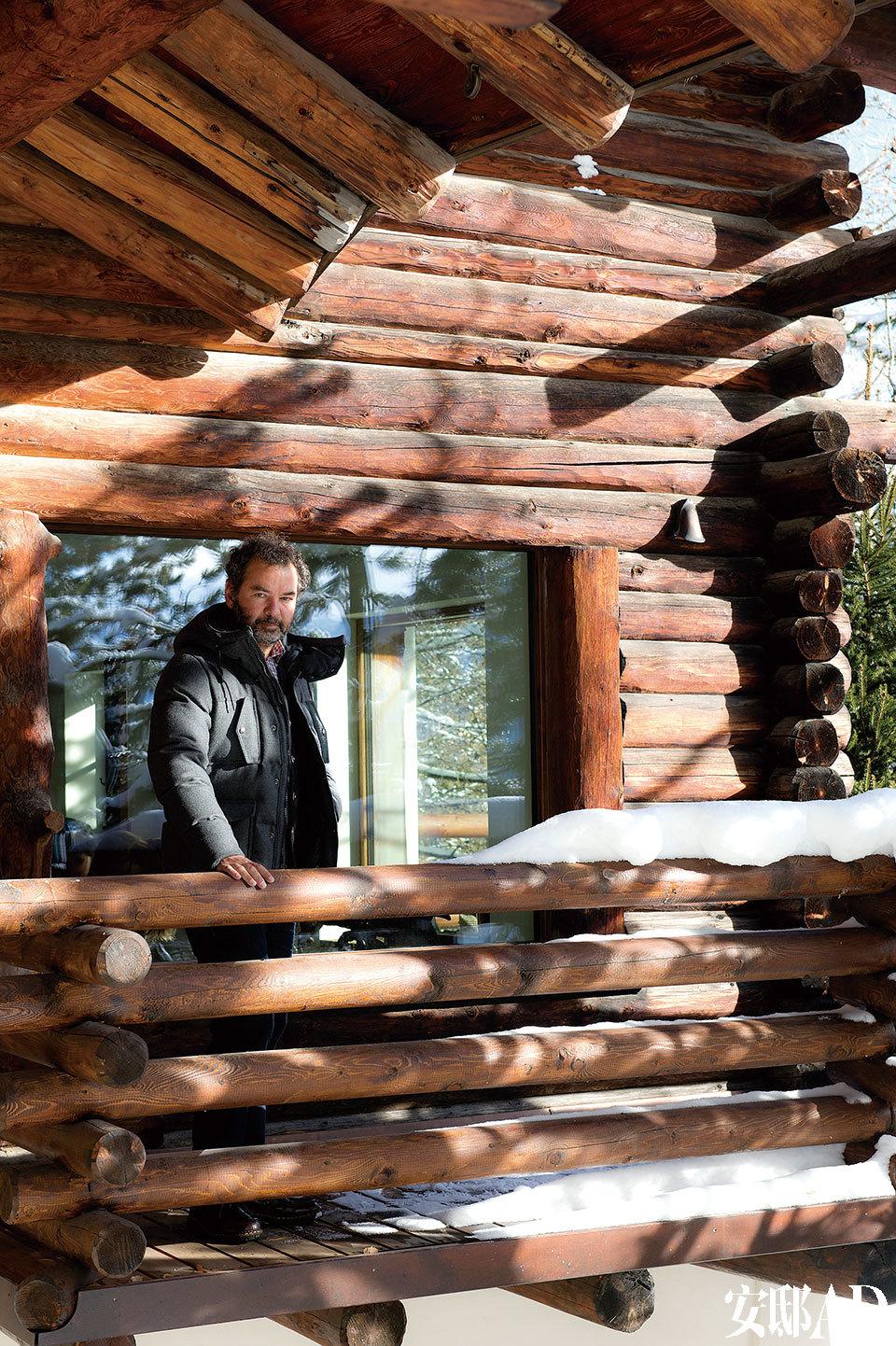 主人: Remo Ruffini,Moncler品牌总裁兼创意总监。2003年,他买下了这个品牌的大部分股权,重点开发轻羽绒的运动线,并在全球范围拓展时尚领域的新设计。他的明星客户中不乏麦当娜、格温妮丝·帕特洛等。他热爱滑雪与飞行,与妻Francesca育有两个儿子Pietro和Romeo。Ruffini从自家院子里望着山野美景。