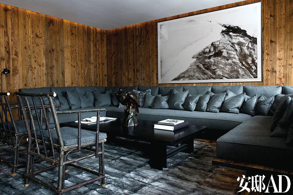 灰色和穿插其间的黑白是房间的主色调,令整体格调肃静高雅又不失温暖。这间木结构的房子建于1950年,如今仍保持了山地风格元素和主线条。深橄榄色沙发是建筑师Andy Kuchel专门为家里设计的。