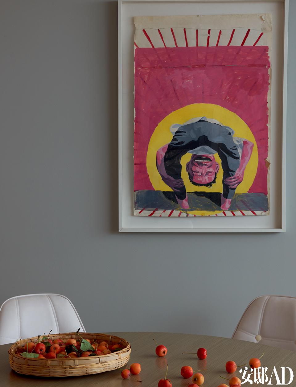 这个家与艺术是如此地息息相关,不仅表现在满墙的画作收藏上,还体现在光线的调配、 光源的设置,以 及色彩、细节的完美陪衬上……小餐厅的墙面上挂着一幅岳敏君早年创作的纸上作品,白色餐椅也是Eames的设计。