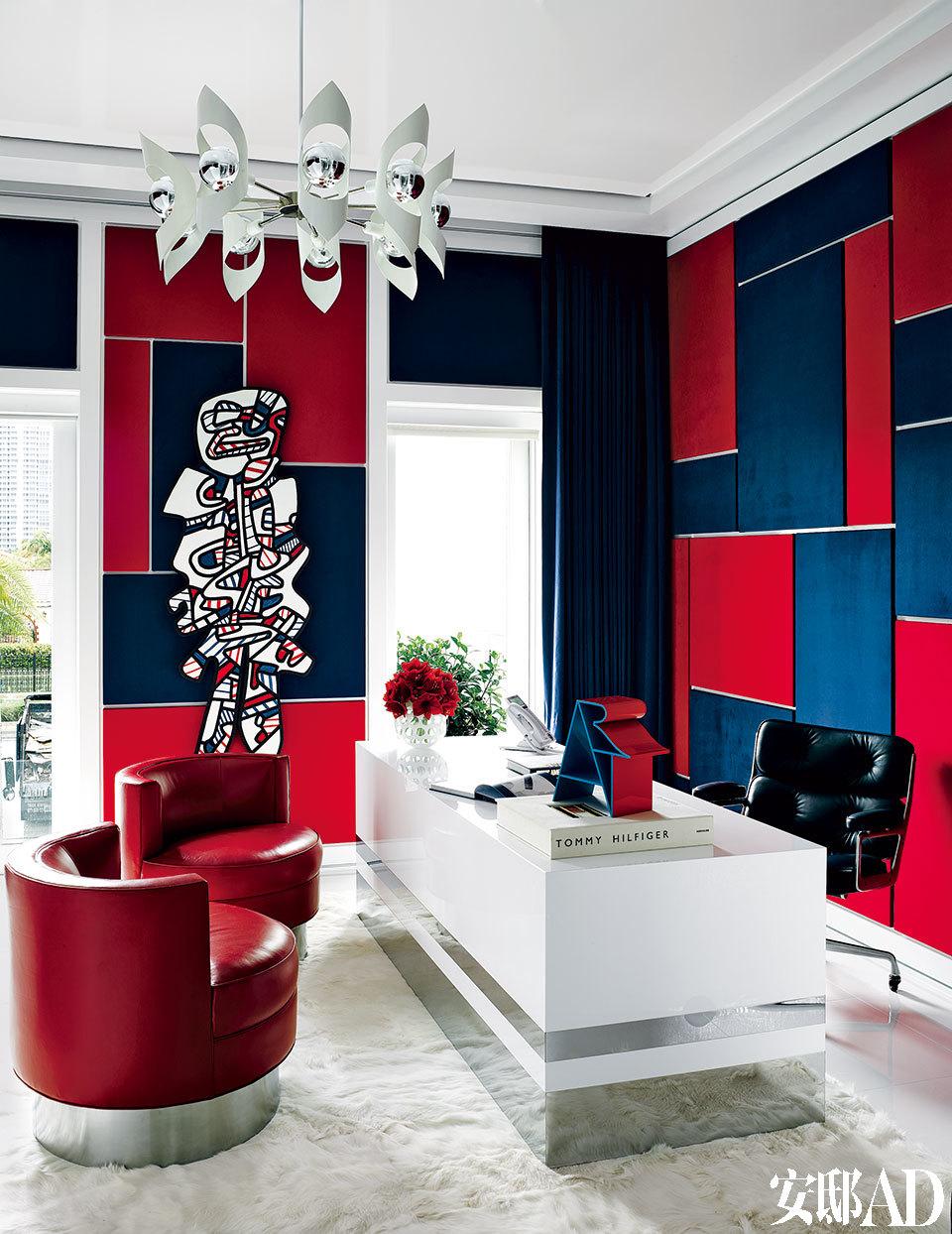 红白蓝是Tommy Hilfiger品牌的标签色,也是美国的国旗色。Tommy用自己的家再一次证明了他和他的品牌对美国文化的推崇。一幅Jean Dubuffet的作品展示在Tommy的办公室内。墙面由Robert Allen和Kravet的麂皮绒面料覆盖,窗帘选用了相同的Kravet面料。Martyn Lawrence Bullard设计的书桌对面是老式Harvey Probber桶背椅,用了Holly Hunt皮革来装饰,地毯来自The Rug Company。