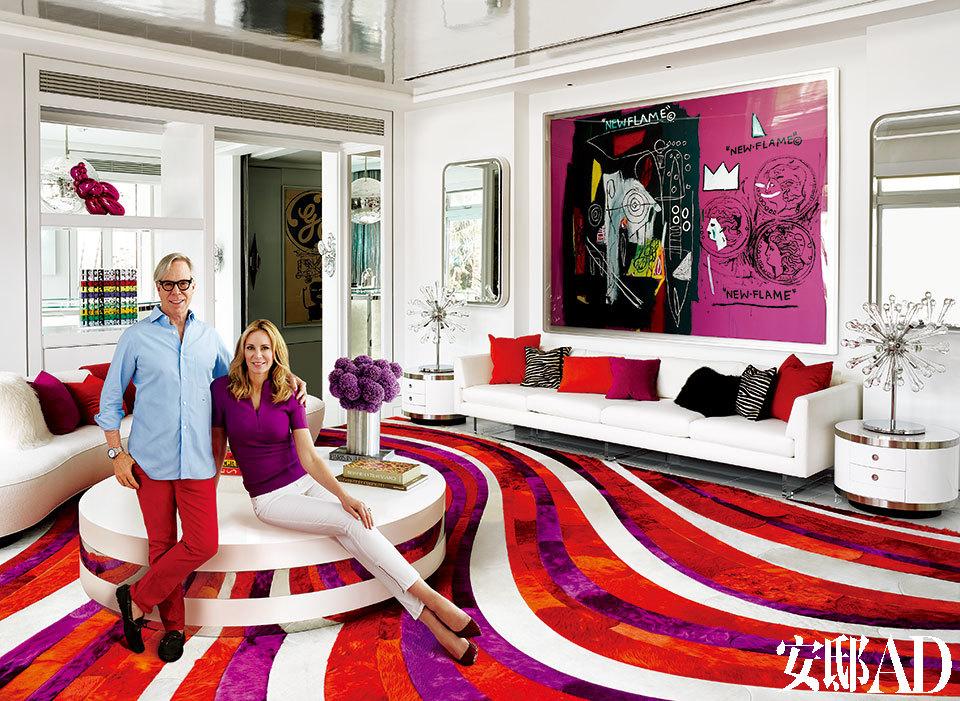 设计师Tommy Hilfiger和妻子Dee在他们位于迈阿密豪宅的客厅内。整个室内空间皆由Martyn Lawrence Bullard进行设计。Andy Warhol和Jean-Michel Basquiat合作的画作为房间奠定了色彩基调。来自Ralph Pucci International,由Vladimir Kagan设计的沙发,搭配上JF Chen的古董鸡尾酒桌,显得十分时髦。Willy Rizzo设计的边桌和Bullard设计的Kyle Bunting地毯则有种呼应的效果。