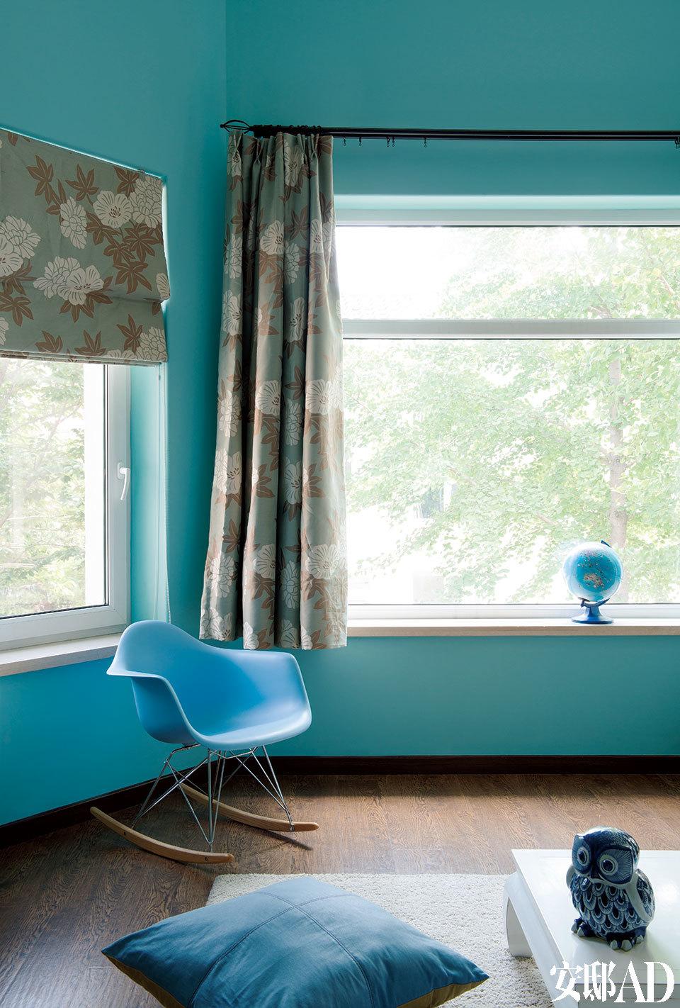大女儿Ava爱极了那象征明媚的浅蓝,母亲于是为她装点出一间如晴空环绕般的卧房。Ava的卧室窗外绿树成荫,窗帘布艺是Trine从法国定制回来的,蓝色扶手椅依然是一款Eames椅的复刻版,白色羊毛地毯来自Ikea宜家家居。