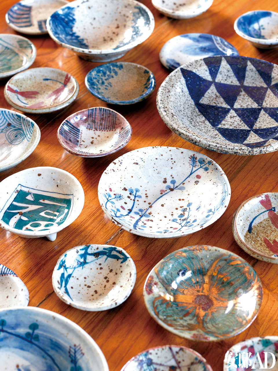 迟鹏喜欢老物件上的痕迹,以及朴拙的手工感,这些碗碟都是他旅途中的收获。餐厅的桌上,摆满迟鹏从江西景德镇收集回来的各式小碗碟,趣味盎然,当时他把那家店所有的东西都收了。