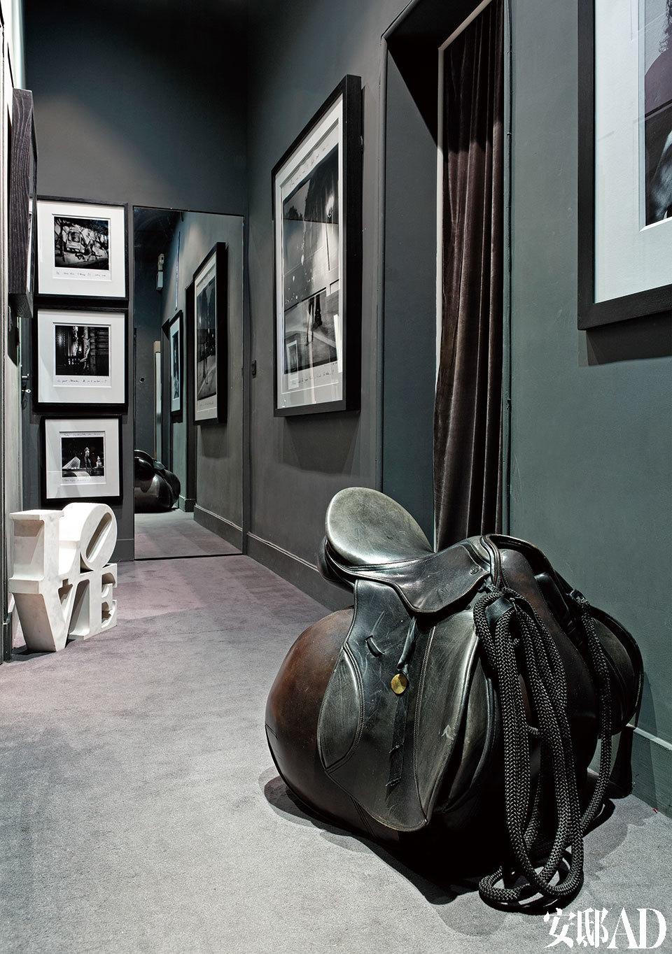 这是一间位于巴黎圣日耳曼德佩酒店三层的公寓,铁艺扶手楼梯颇具艺术性。