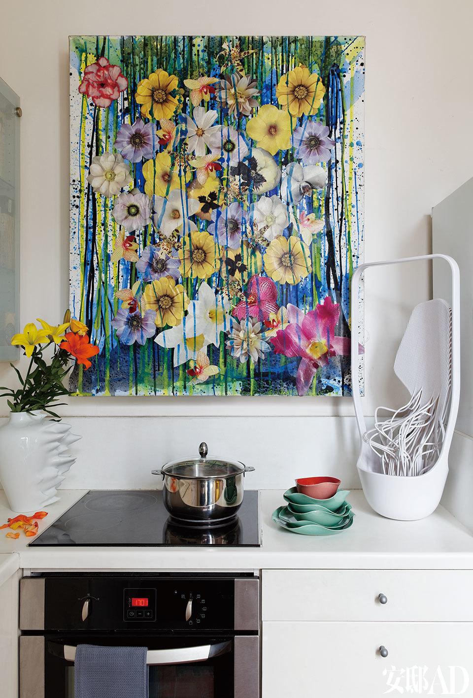 简洁的厨房因这幅繁花似锦的艺术品而立现生机。洁白无瑕的厨房被Pierre Ziegler的墙画照耀着。里面摆放着Cédric Ragot为Ymer & Malta设计的Hyper Fast花瓶以及Benjamin Graindorge为Ymer & Malta设计的Ikebana–Medulla花瓶。