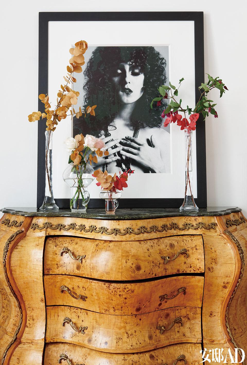 卧室里,在木色衣橱上摆着一幅出自Daniele Duella & Lango Henzi的摄影作品。