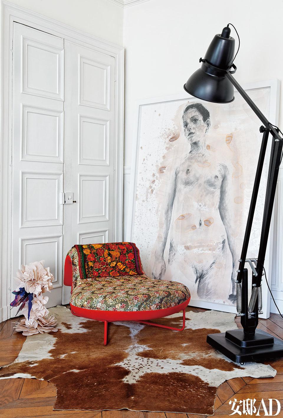艺术气息与生命活力弥漫于整个空间,优秀的艺术品与设计为这里带来明朗的个性。靠在墙上的是一幅出自Philippe Pasqua的绘画作品。在Tomita Kazuhiko为Moroso设计的作品Futon旁边,是Nathalie Pasqua创作的肉色枝形吹制玻璃壁灯One Skin。房间里还摆放着George Carwardine为Anglepoise设计的落地灯XXL Giant 1227。