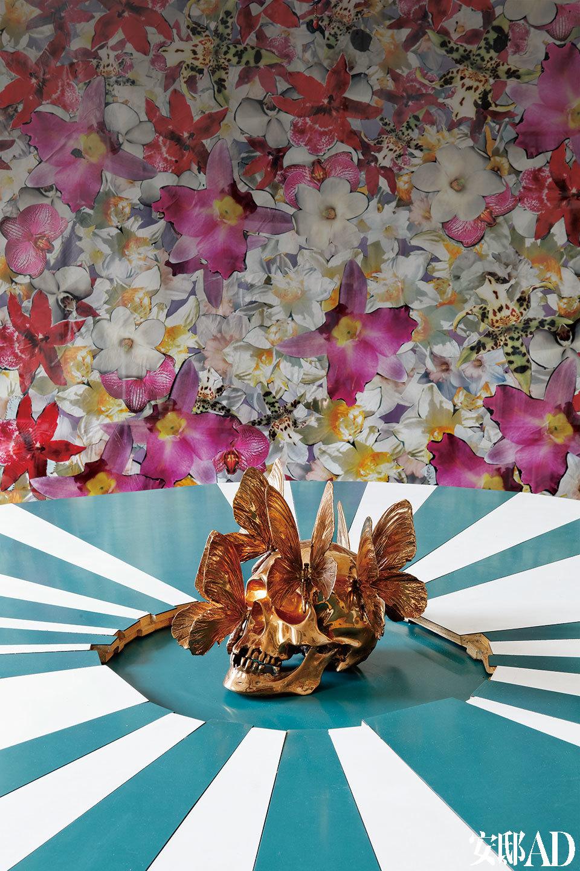 """在Martino Gamper为Gallery Nilufar设计的桌子上,摆放着一个由Philippe Pasqua为Galerie Laurent Strouk锻造的青铜作品""""空虚的蝴蝶""""(Vune Vanite aux Paplillons),背后同样是来自Philippe Pasqua的作品""""花""""(Fleurs)。"""