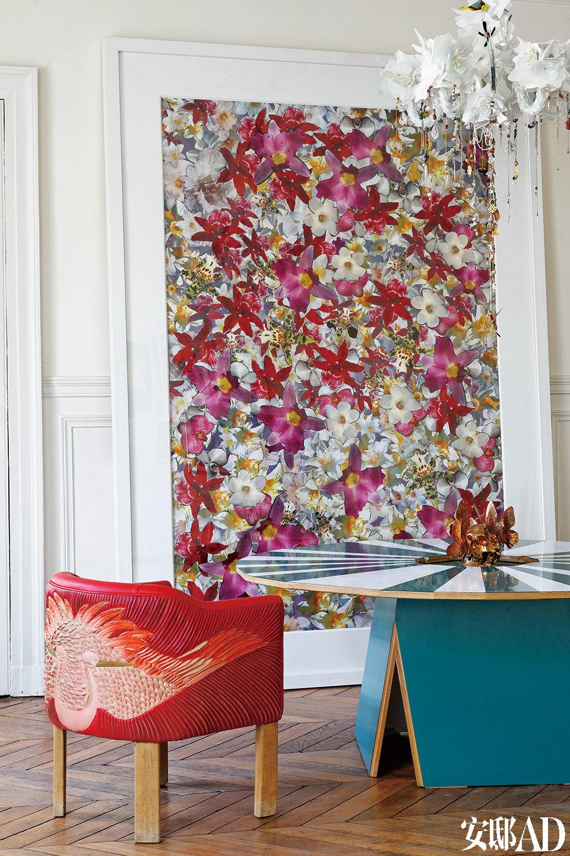餐厅里摆放着Martino Gamper为Gallery Nilufar设计的圆桌,非常适合朋友们的聚餐。椅子的纹样十分特别,仿佛羽毛的肌理。天花板上悬挂着的是Nathalie设计的White Précieux吊灯。