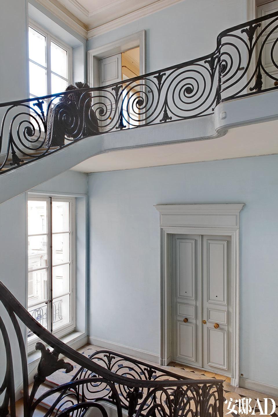 这是一间连通客厅与卧室、浴室和小型工作室的过堂。墙上贴满了VéroniqueVial的摄影作品系列。在地面上,是一尊出自Robert Indiana的雕塑及其马鞍,旁边还摆放着出自Ika Kuenzel的作品《Caution ! This is Rodeo》。'
