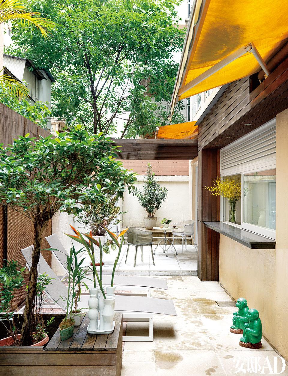 这里是躁动城市中的一片绿洲,室外空间让公寓的使用面积几乎翻了一番,并且通过推拉窗可以与厨房和吧台相通,热情好客的夫妇二人乐得在此宴请好友。