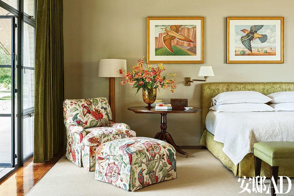 主卧室里,挂着David Everett的得克萨斯小鸟画作。亚麻座椅面料来自Lee Jofa。矮脚椅来自Kenneth Blasingame,天鹅绒窗帘来自SilkTrading Co.,地毯来自Stark。