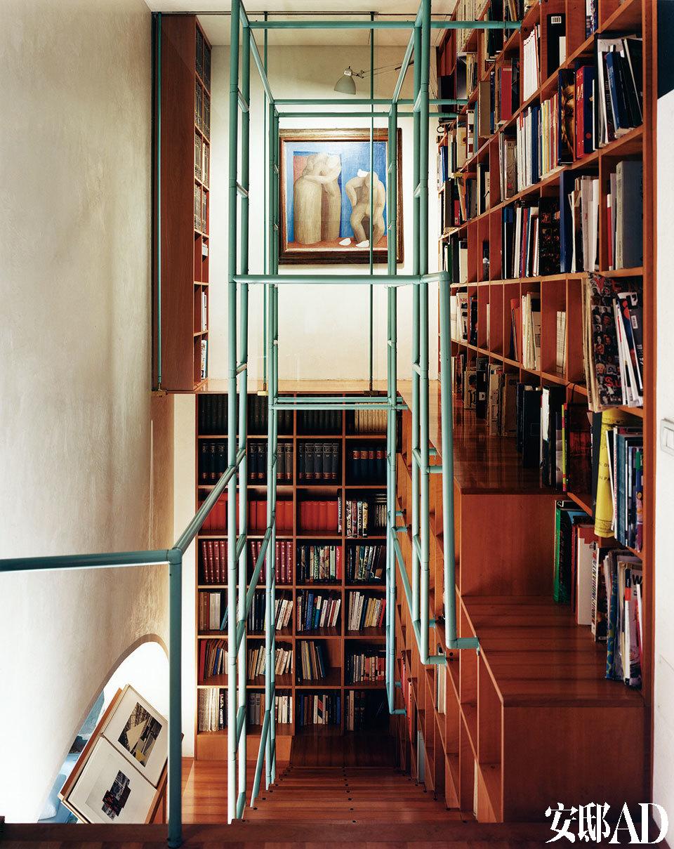 """由Gae Aulenti设计的楼梯也可作为图书馆使用。""""设计意味着成百上千风格的集合,因为所有风格都是我们物质文明的一种表达。"""""""