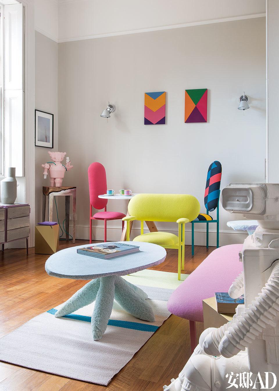 客厅里粉色机器人陶瓷灯具由Matias Liimatainen设计。照片后方墙上的几何图形画作同样是David David的丙烯画。壁灯是Michele de Lucchi的设计,Artemide生产。