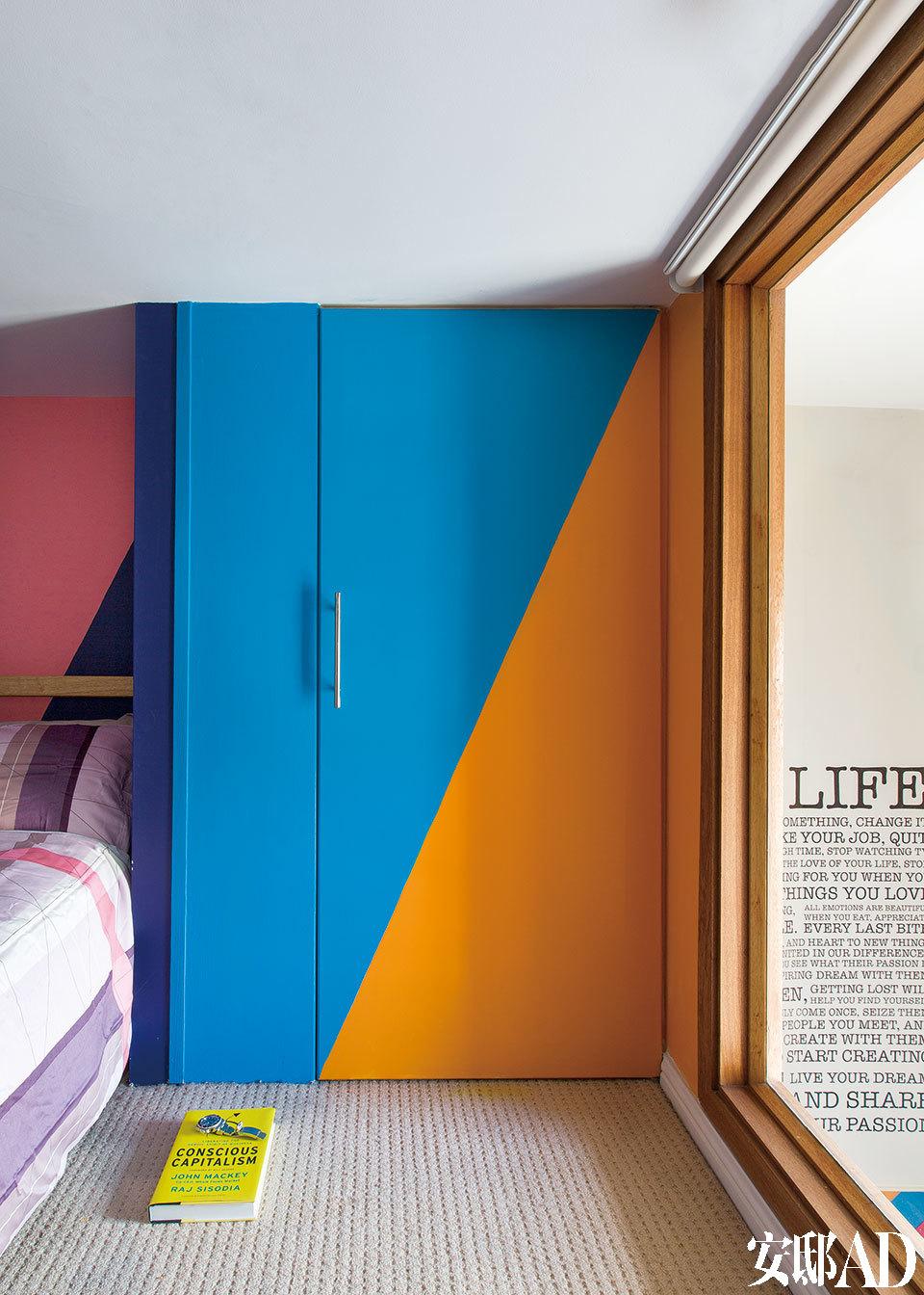卧室橱柜门上的图案是主人与David David共同设计的,Peridis选择了斜向的条纹来避免屋子原本类似盒子一样的线条感。油漆来自多乐士。床上用品来自丹麦品牌HAY,由 Scholten& Baijings设计,丝印,100%棉缎。卧室墙壁漆成了宽条纹的粉色、 紫色、 蓝色和橙色,更选择了斜向的条纹来避免屋子原本类似盒子一样的线条感。