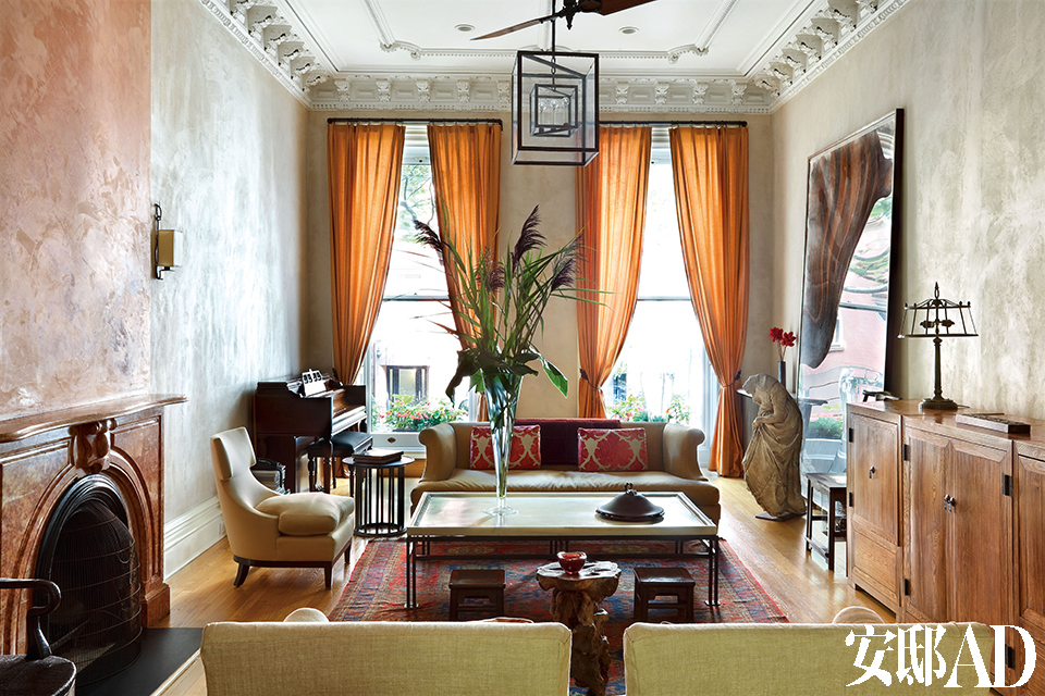 客厅里外婆的地毯、妈妈的钢琴、爷爷的边柜、先生的艺术,在女主人的搭配下穿越了空间与时间的界限。大理石的茶几,明代的小方凳,双方家庭的物件集合在这里适得其所。
