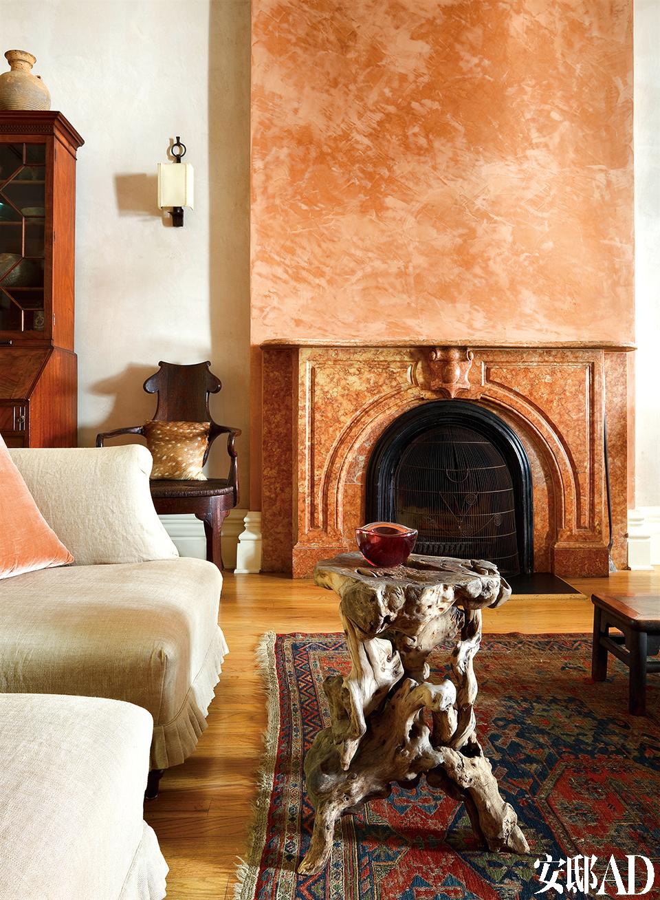 即使是大艺术家曾经最重要的作品之一,在家里也能与残缺的石像、筋骨尽显的树根茶几和谐相处。西式沙发的舒适,搭配树根茶几的筋骨,在这个空间内显得气质独特。更妙的是颜色的选择,窗帘和壁炉都用了浅橙色,优雅中又透着新鲜。