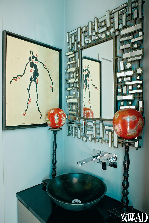 客用卫生间中的画出自Bernard Quesniaux之手,1940年代风格的装饰镜来自Asiatides。顶着两个红球的木架其实是拿破仑三世风格的假发托,可能在当时的剧院中使用过。