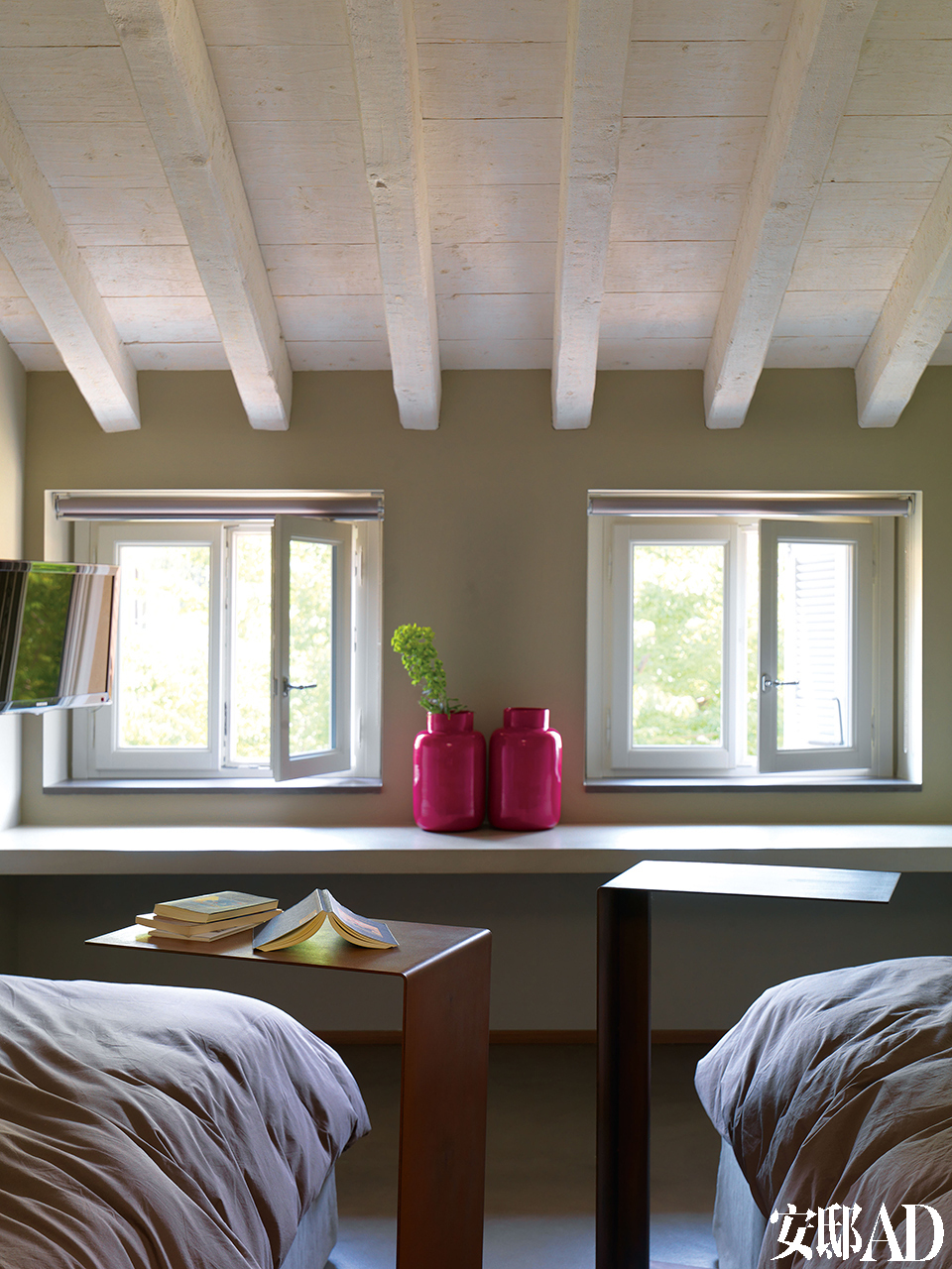 顶层的阁楼是孩子们最爱的栖息地。两把铁质床边桌由Martina Gaslini为这间卧室特别定制,粉色花瓶为Tad品牌。
