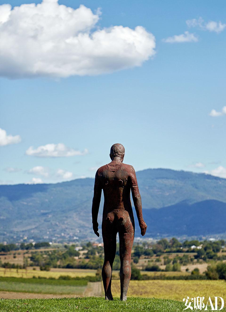 英国艺术家Antony Gormley的雕塑作品的不同视角。远处的风光可以看见托斯卡纳城市 Cortona。