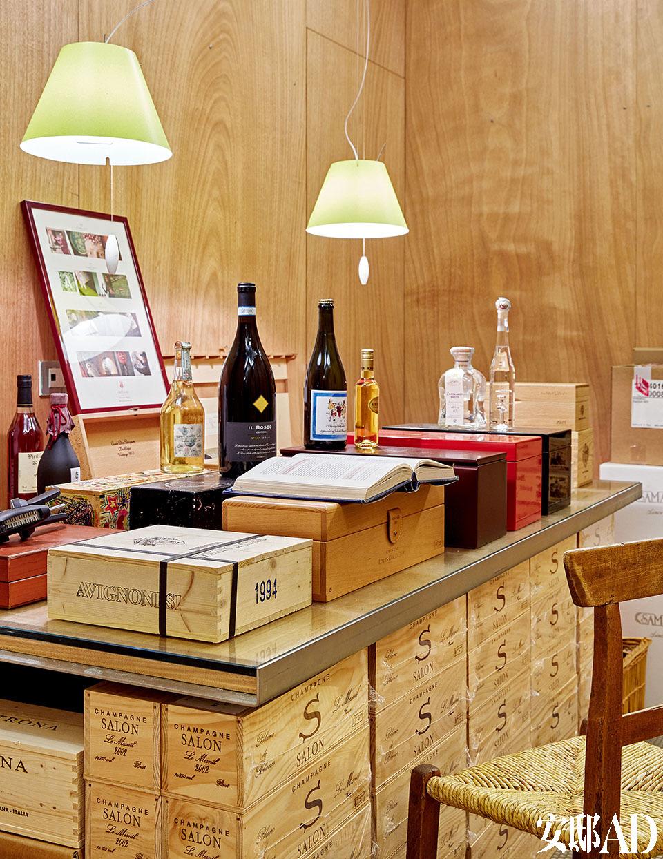 地下室酒窖里有许多历史藏品。