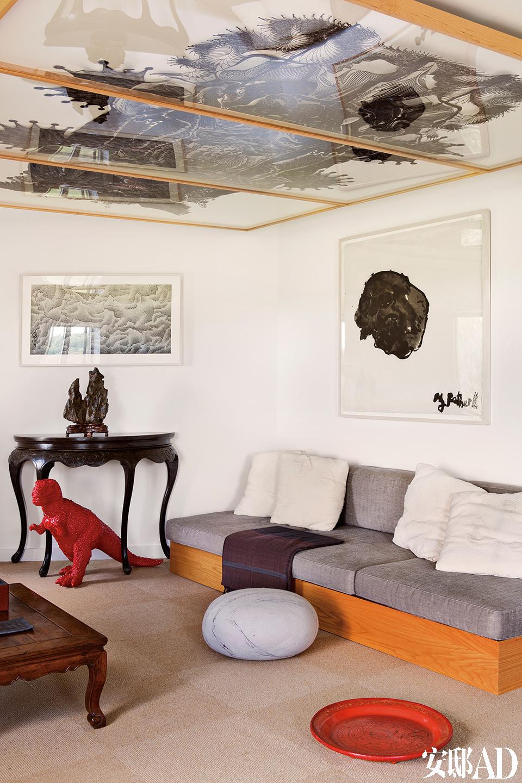 地上搁着一张18世纪的中式黄花梨茶几,旁边是19世纪的中式边桌,上面摆着18世纪的中国文人石,桌子下有艺术家隋建国创作的一只恐龙。主人房、客人房、艺术仓库,Chris对于空间的处理是奢侈而独到的,贯穿所有空间的线索是那些迷人的艺术品。