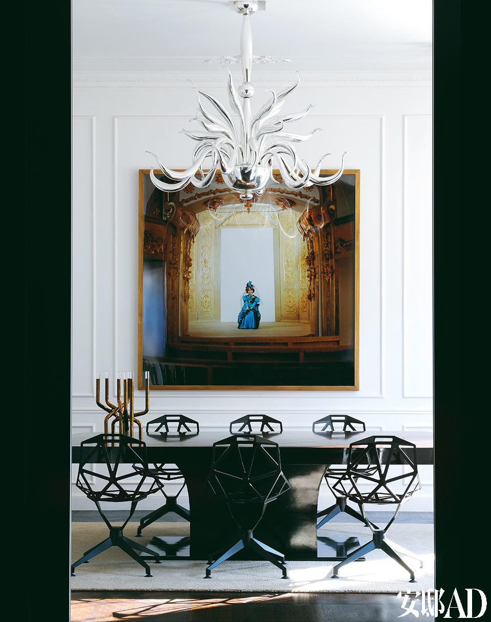 餐厅内部,上世纪30年代的法国餐桌来自Robertaebasta,桌上的烛台和餐椅分别是Arik Levy和Konstantin Grcic的设计。灯的材质为吹制玻璃和银箔,是Massimi Micheluzzi的作品。油画名为《公主》(The Princess),作者是Adrian Paci。