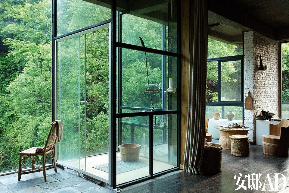 环绕着整栋建筑的大玻璃窗,让窗外的满眼绿色成为生活中最帅的装饰。曹西泠的居住地是公共空间(画廊)与私人空间的整合,面山而豪无遮挡的浴室和卫生间是希望回到更原始生活状态的一种尝试。