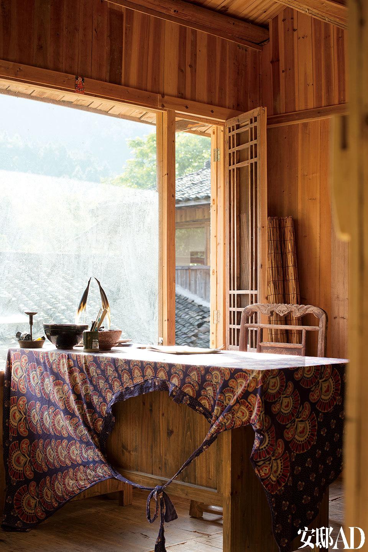 李见深的房间中,美丽的民族风桌布其实是一条女士的长裙,桌旁有一把来自晚清的民间木刻座椅。桌上的一对牛角雕刻是李见深从美国买来的,两只柴烧碗也是他的作品。