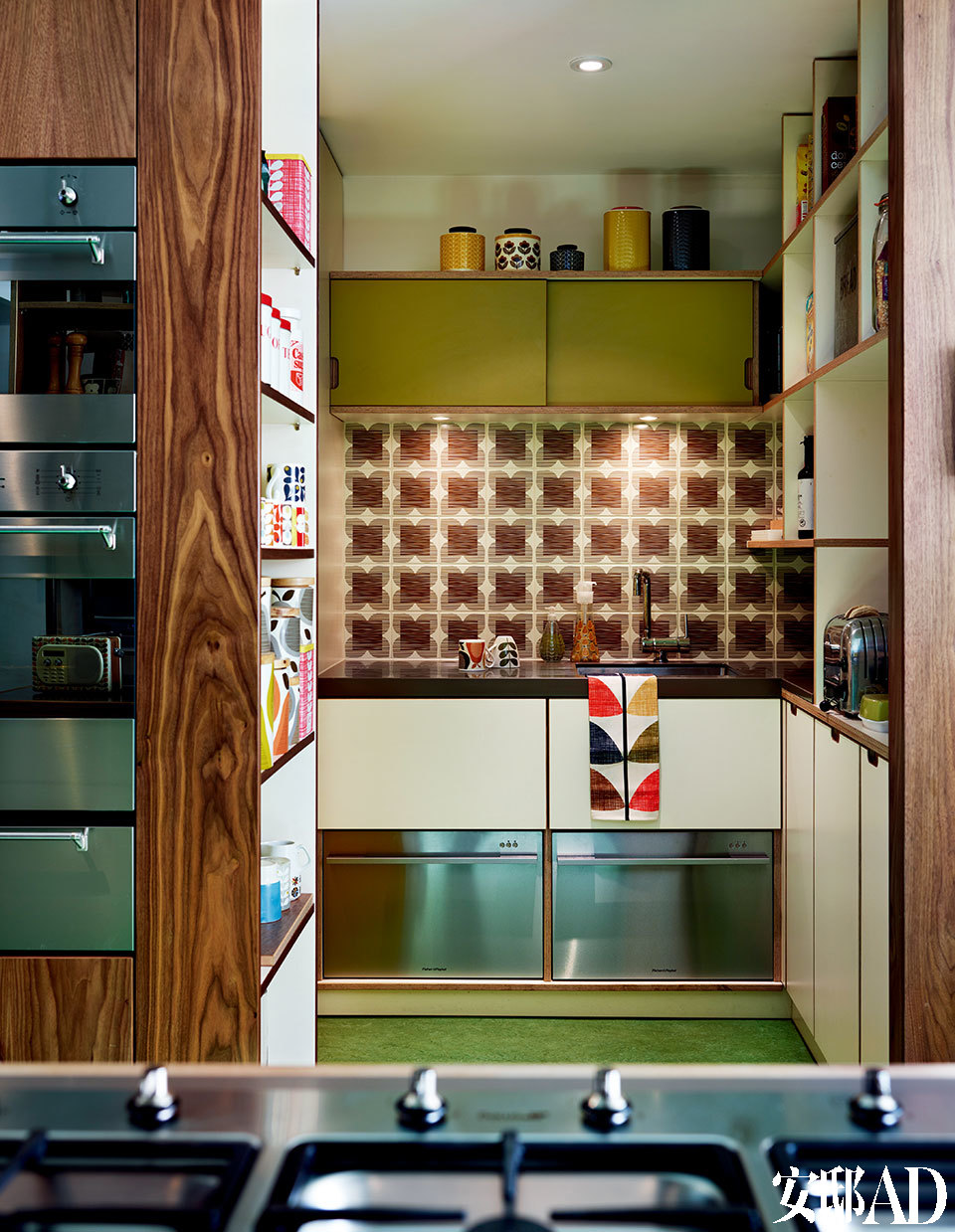 开放式厨房旁边,有一个备餐和储物的空间,设计简单、实用,应用了胡桃木及带有Orla标志性图案的防溅挡板。