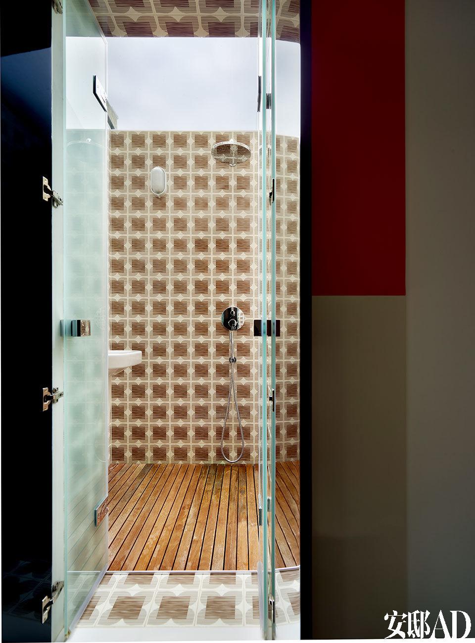 淋浴及蒸气室。