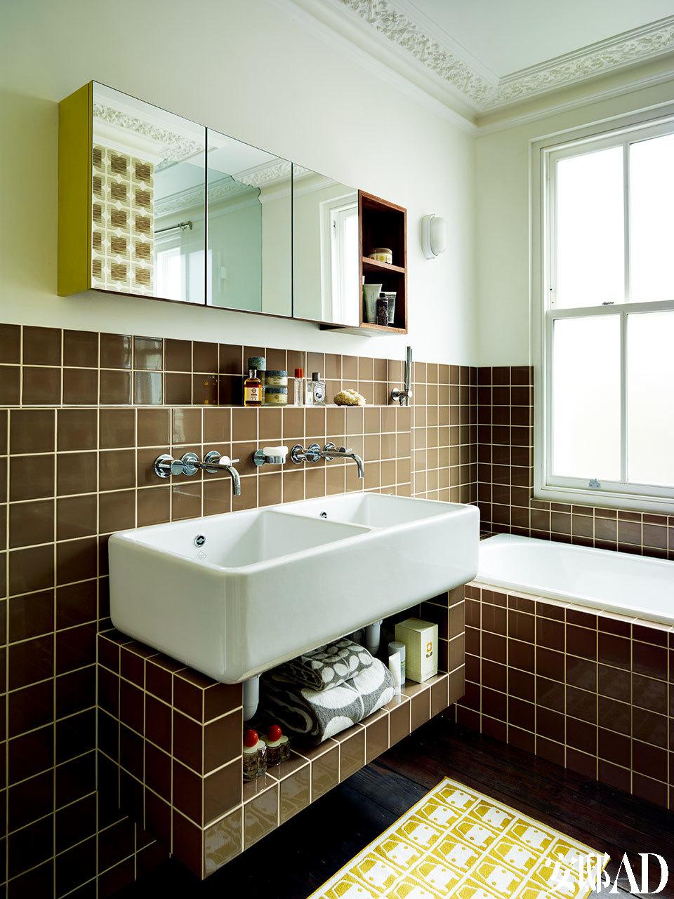 公用浴室中的褐色瓷砖依然出自Orla之手,公寓装修的剩余材料,还被运用到纽约的Orla Kiely店铺中,一点儿没浪费。