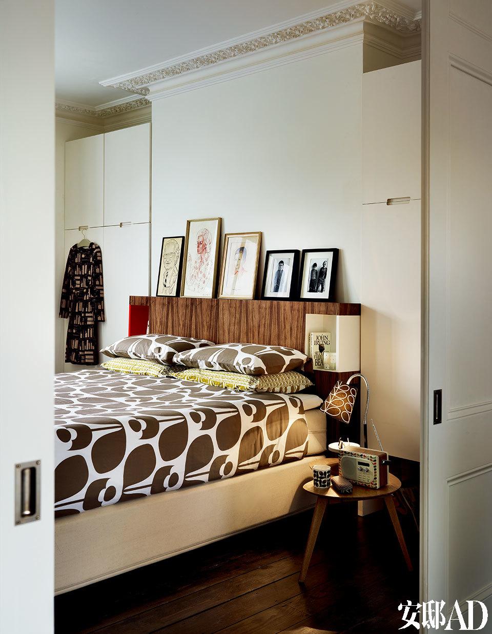 Orla以那款经典的树叶包而闻名, 那些可爱的树叶图案用在家居品设计上,一切都那么恰到好处。由桂竹香花和蘑菇的形体而简化形成的图案被印在卧室的床品上。几幅小画和照片装裱在画框中,成为了床头简单的装饰。
