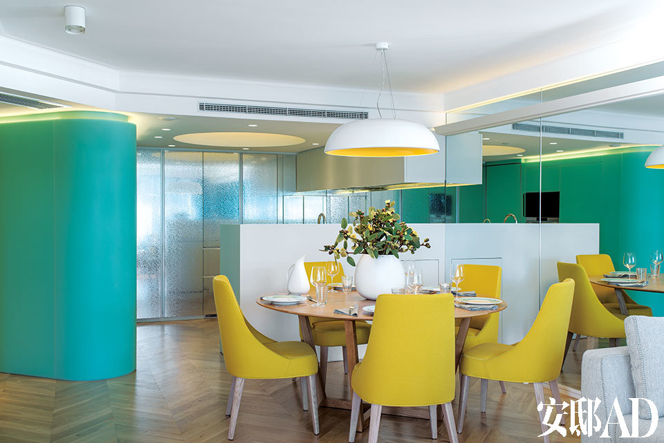 [After] 白色的Marblo树脂厨房岛台遮挡了操作区,同时又留出了连接起居室和餐厅的通道。银色浮雕花纹金属墙更像是一面柜子,收纳了冰箱、厨房用具和储物柜。一旁的蓝色隔断不仅令厨房更具线条感,还囊括了步入式储物柜和洗衣房。