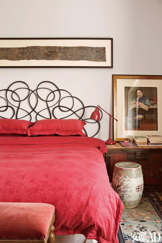"""二层卧室里,床是国外设计师的作品,旁边摆了一个康熙时期的大漆书箱,上面摆着中国最早的仕女油画。""""家就是我的作品,甚至比画还重要,一件东西放在哪儿, 就跟在一块画布上抹什么颜色的道理是一样的。"""""""
