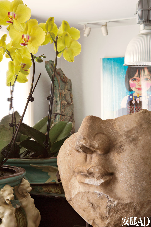 摆在起居室里的残佛笑脸也是卜镝最爱的收藏之一。