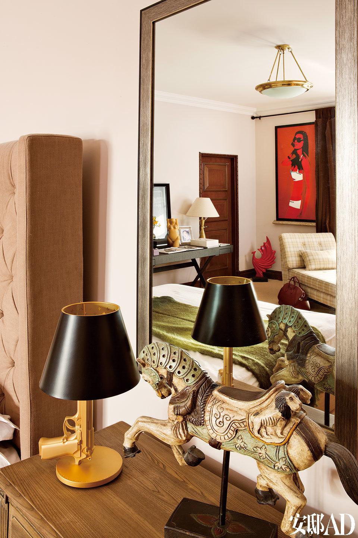 卧室床头摆放了一把Philippe Starck 的手枪灯,上面有一句Michael喜欢的话:幸福是把热手枪。