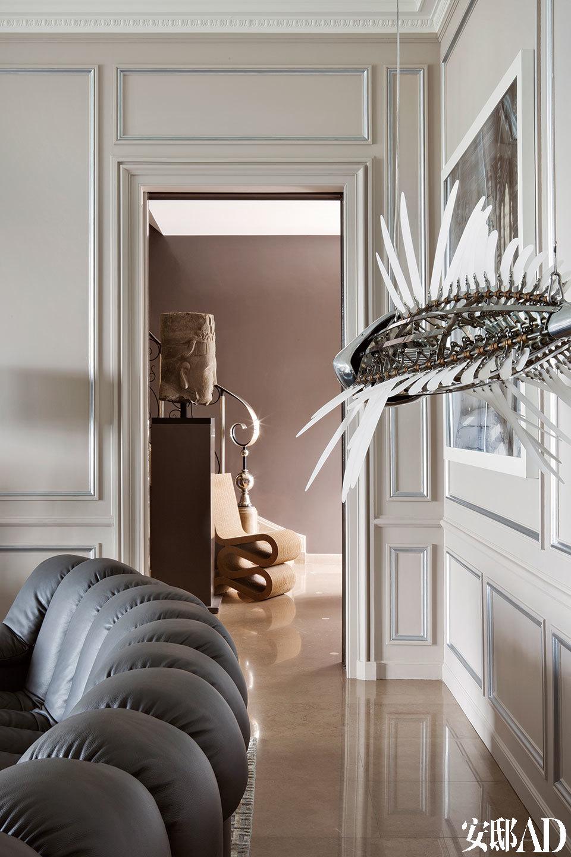 客厅一角,鱼形金属雕塑来自韩国艺术家U-RamChoe。