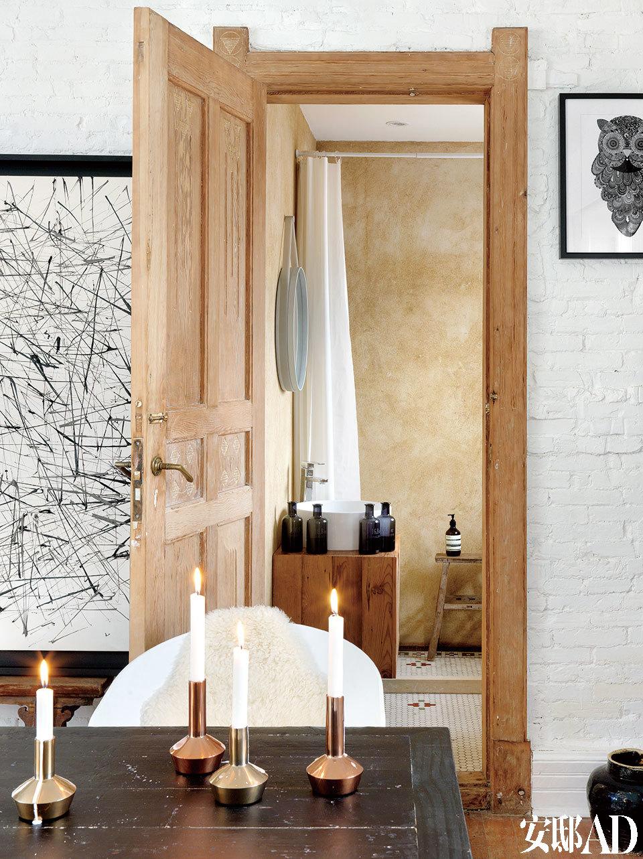 浴室的马赛克地砖是特意留下来的,墙面不做过多改造加工,简单刷上浅蜂蜜色外墙漆保留粗糙纹理。