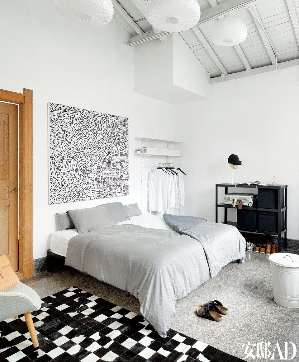 卧室几乎占了整个空间的一半,两面采光很舒适,一走出去就是小阳台。