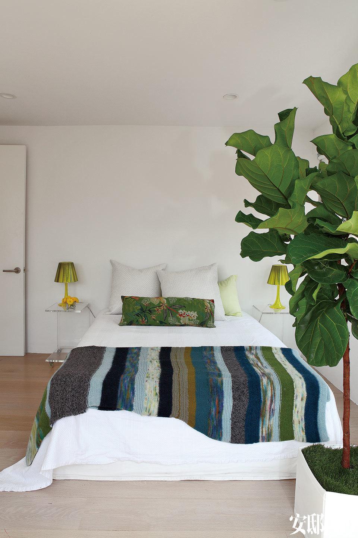 两个孩子的卧室相互毗邻,绿植映着无敌窗景,格外生动。女儿的卧室中,两只Miss K床头灯由Philippe Starck设计,抱枕来自Crate & Barrel。