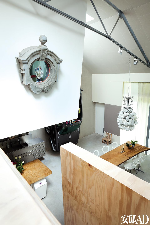当你从地面的一个小入口进入房子,会发现自己其实置身于整个家的上层空间,这是爱丽丝梦游仙境般的奇妙体验。