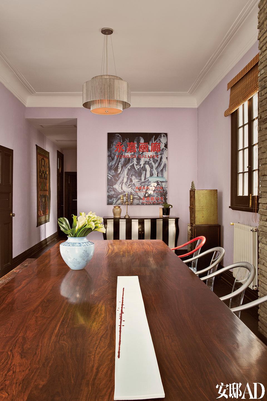 """""""讨价还价是一种游戏。其实生活本身就是一个不断讨价还价的过程,对你的老板、下属、供应商、客户,利用你的影响力去影响他人的决定,当你成功的时候,总是有特别的成就感。""""餐厅里的餐桌一面放的是有椅背的餐椅,临门的一面用的是长凳。墙上是一幅画廊的海报,只因喜欢它背景上的绘画。"""