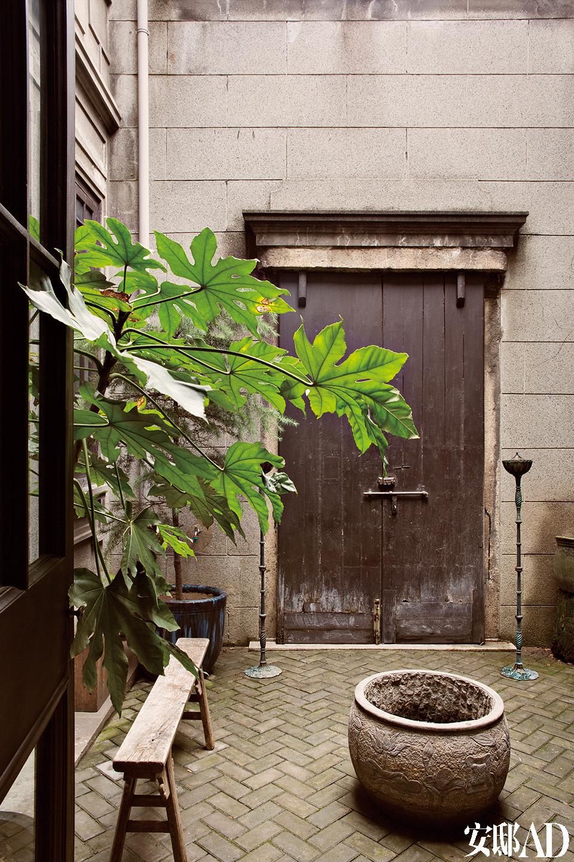 入户天井像是外部世界与家之间的一个过滤器。