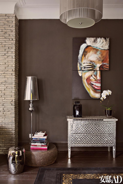 主人Cezary的肖像画,由西班牙年轻的艺术家创作完成,Cezary偷偷从拍卖会上买回来后,又配了下面这一只手工镶嵌的黑白色边柜。
