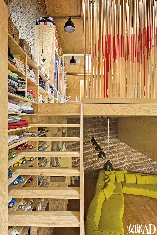 轻巧的木结构将空间从纵向上分成两部分,它由来自比利时MCB-Atelier建筑事务所的Julien De Visscher设计,楼上的屏风雕塑出自比利时设计师Charles Kaisin之手。一个核心的木质结构为家中分隔出纵向错位的三层空间,既区分开私人居住和公共生活区,又保留了通透的视线。
