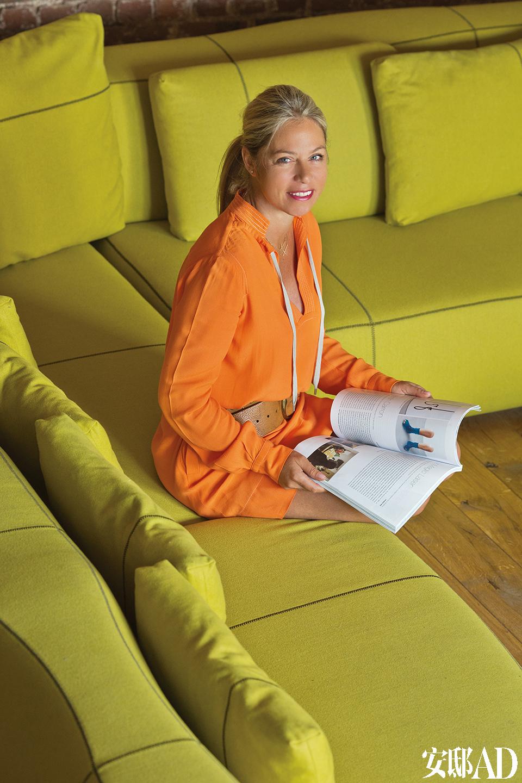 主人Cedric Legein的女友Sandrine Heregots坐在客厅沙发的拐角处。