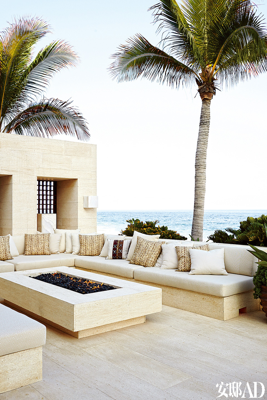 户外起居室的整体颜色为米白,座椅由西班牙砂岩石制成,靠垫面料来自Ralph Lauren Home。
