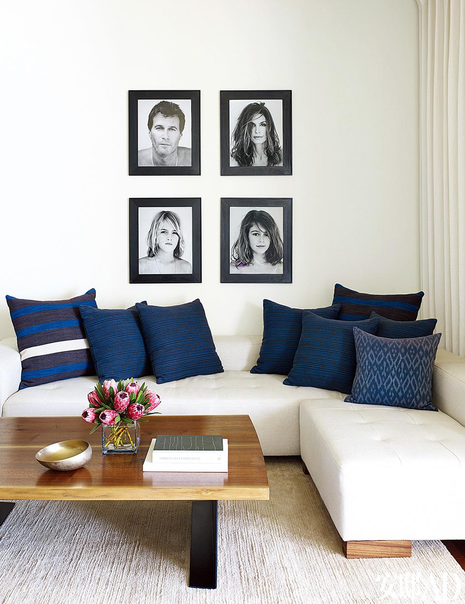 主卧室另一侧的定制组合沙发上方挂着摄影师Bowen Smith为这个家的家庭成员拍摄的肖像;靠垫条纹面料来自Ralph Lauren Home,复古靠枕来自John Robshaw,地毯来自Lawrenceof La Brea。